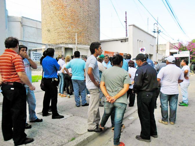 Los trabajadores municipales se concentraron sobre calle Irigoyen pese a que el Ejecutivo intentó desactivar la movilización