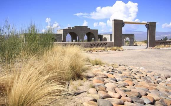 El impactante portal es la primera vista de los visitantes de Pampas del Cura. Los tapiales han sido construidos por gente de la zona