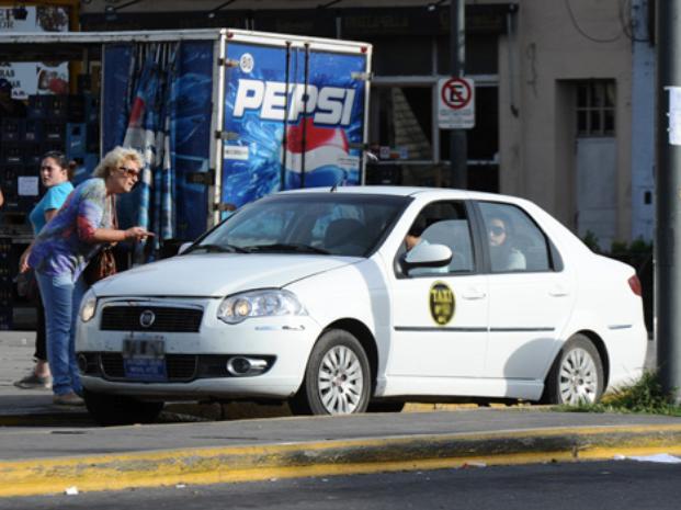 """Remiseros denuncian que """"cuatro mil autos trabajan ilegalmente"""" en la ciudad"""