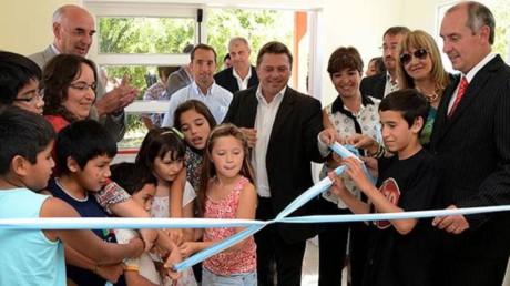 Con los chicos. La Escuela Municipal 2.005 ya tiene un mejor edificio, agradecido por sus autoridades.