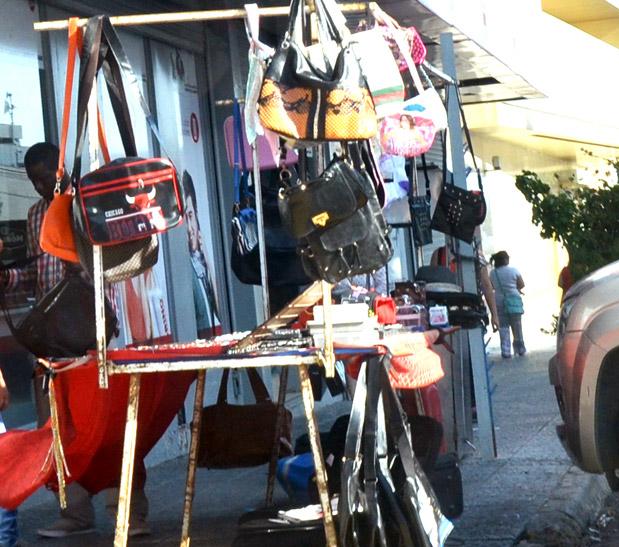 Los vendedores ilegales proliferan por todo Comodoro y en el centro cada vez se hace más difícil transitar sin chocar con alguno.