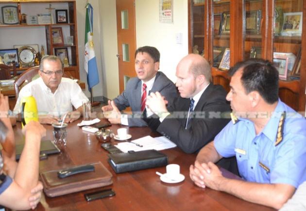 El secretario de Seguridad Marcelo Churín y el intendente Gerardo Cipolini encabezaron la reunión realizada para mejorar la seguridad en Sáenz Peña.