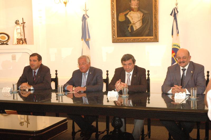 El gobernador Fellner y los ministros Armando Berruezo, Rodolfo Tecchi y Alberto Matuk, encabezaron el acto.