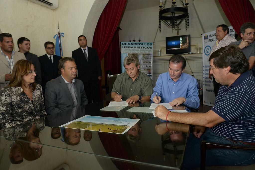 Francisco Pérez junto al Intendente Jorge Omar Giménez firma un convenio para iniciar obras del programa Mejor Vivir en San Martín