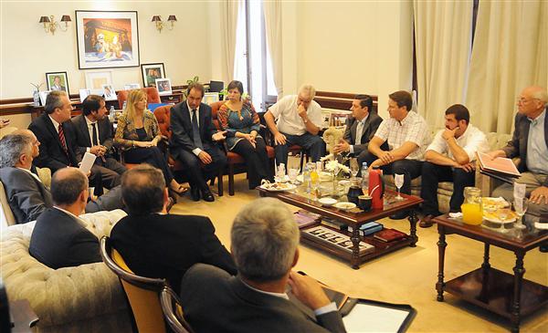 SCIOLI JUNTO A VARIOS DE SUS MINISTROS, EN UNA REUNIÓN CON INTENDENTES DE LA SEXTA SECCIÓN. HABRÁ UN ENCUENTRO CON NACIÓN POR LA SALIDA DE LOS GENDARMES DE LA PROVINCIA Leer más en http://www.eldia.com.ar/edis/20140228/Confirman-retiro-Gendarmeria-reclamos-intendentes-laprovincia0.htm