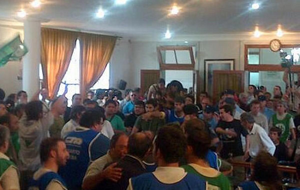 Una protesta de militantes y vecinos impidió que los concejales de Río Cuarto trataran la suba del boleto