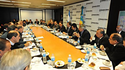 Scioli almorzó con intendentes para evitar fugas y con la Policía comunal en debate