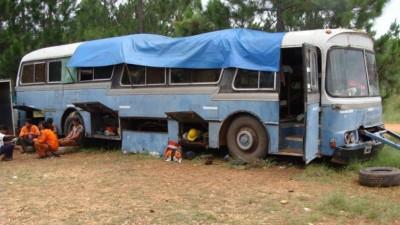 Afip detectó que 21 empleados de una empresa dormían en un colectivo abandonado y sin las condiciones mínimas de higiene