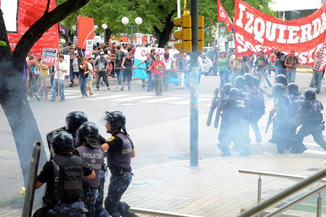 El Concejo Deliberante de Córdoba aprobó el 4 de febrero una suba del 29% en el precio del boleto de ómnibus, tras lo cual se produjeron incidentes entre manifestantes y la policía.