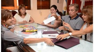 Librerías de Paraná acordaron con el municipio dos canastas escolares