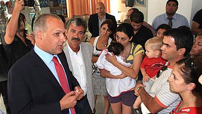 El gobernador de la provincia Martín Buzzi con beneficiarios del programa Procrear