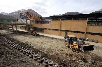 Luego de la construcción del prototipo autosustentable Nave Tierra el Municipio trabaja en métodos no tradicionales de estructuras con neumáticos.
