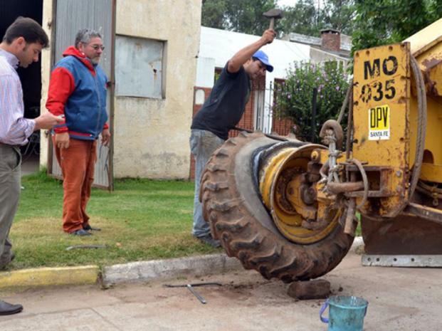A título propio. Lattanzi (derecha) hizo cambiar el neumático de una máquina, y se lo hizo pagar al municipio. El presidente del Concejo le pidió que respete las instituciones.