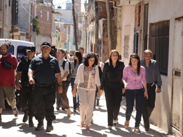 In situ. Bifarello, Fein y Rodríguez recorrieron ayer la villa 31, ubicada en Retiro, donde evaluaron la experiencia porteña de prevención barrial.
