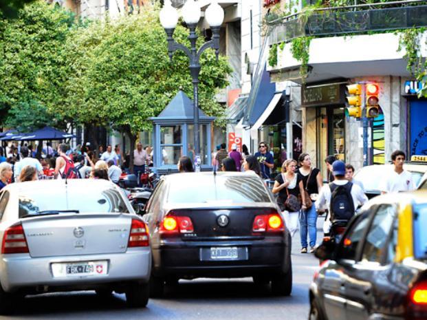 """Bolsillos flacos. Los taxistas dicen que los montos de las multas que reciben """"son muy abultados""""."""