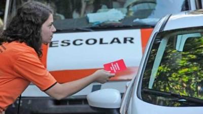 Tarjeta roja a quienes dejan el auto en doble fila en los colegios rosarinos