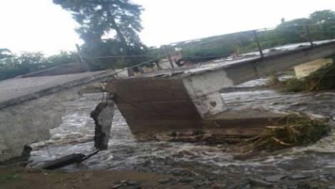daños. el puente peatonal en la dorada, derrumbado por el río