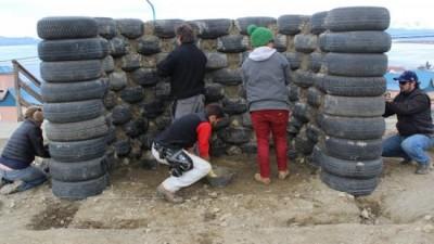 El Municipio de Ushuaia realiza garitas de colectivo con neumáticos, latas y botellas
