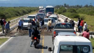 Municipales de Capayán cortan la Ruta 38