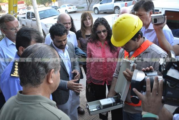 Operarios encargados de la instalación de las cámaras muestran a los funcionarios el dispositivo de video que se implementará en la ciudad.