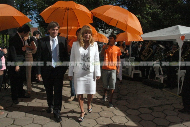 La intendenta Aída Ayala cuando ingresó en el recinto acompañada por el jefe de Gabinete municipal Leandro Zdero.