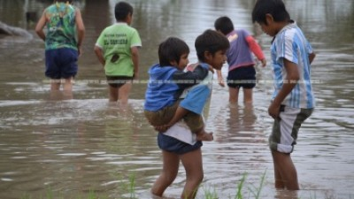 El avance de las aguas en las reservas aborígenes de Saenz Peña dejó a muchas familias casi aisladas