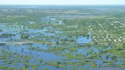 Corrientes: A través de un helicóptero acercaron alimentos a pobladores aislados por el agua