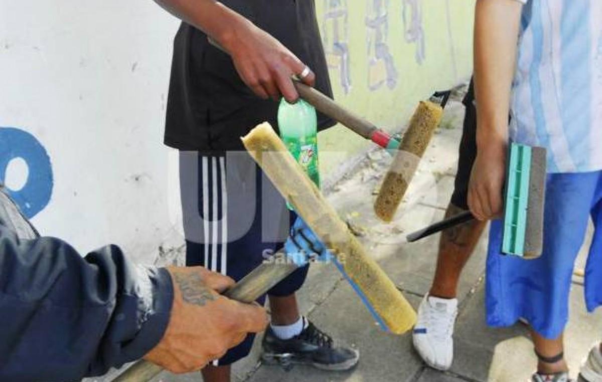 A pesar del programa, todavía quedan chicos limpiavidrios en las calles de Santa Fe