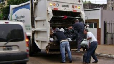 Intendente salió a recolectar residuos tras el paro en Chacabuco