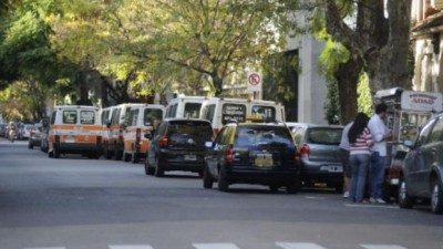 El municipio quiere prohibir el estacionamiento frente a unas 50 escuelas rosarinas