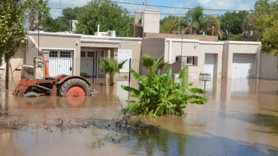 Por crecida del río Ctalamochita, evacuaron 1600 vecinos y demolieron parte de Ruta 2