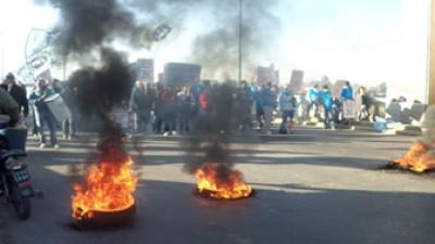 Tucumán: Empleados Municipales cortan el puente Lucas Córdoba