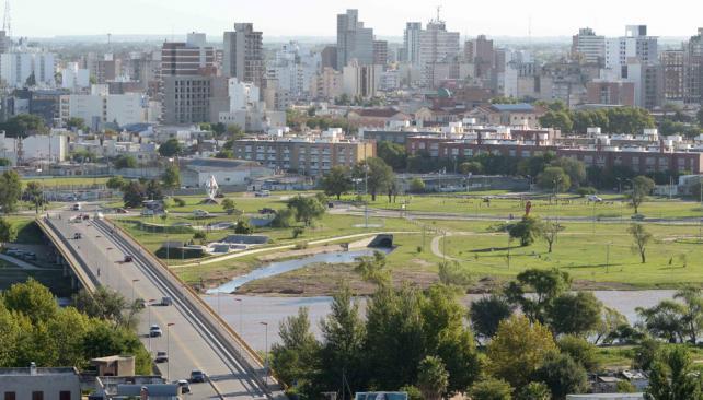 Río y ciudad. En Río Cuarto, el 81 por ciento de los vecinos tiene cloacas, pero se carece de una planta para tratar los efluentes