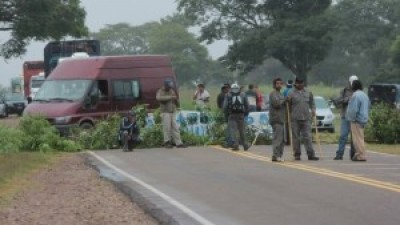 Segunda jornada de lucha de municipales de Yuto: está cortada la ruta nacional 34
