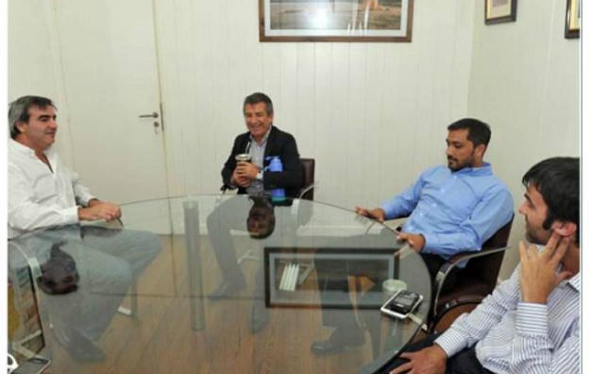 Con intendentes bonaerenses, Urribarri se viste de candidato
