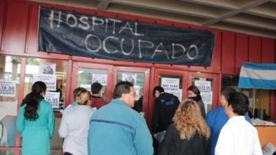 Córdoba: Sigue ocupado el Hospital de Urgencias y la Provincia dio de baja 400 contratos