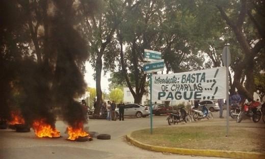 Con quema de gomas y pancartas, los municipales se manifestaron frente al municipio de Río Segundo