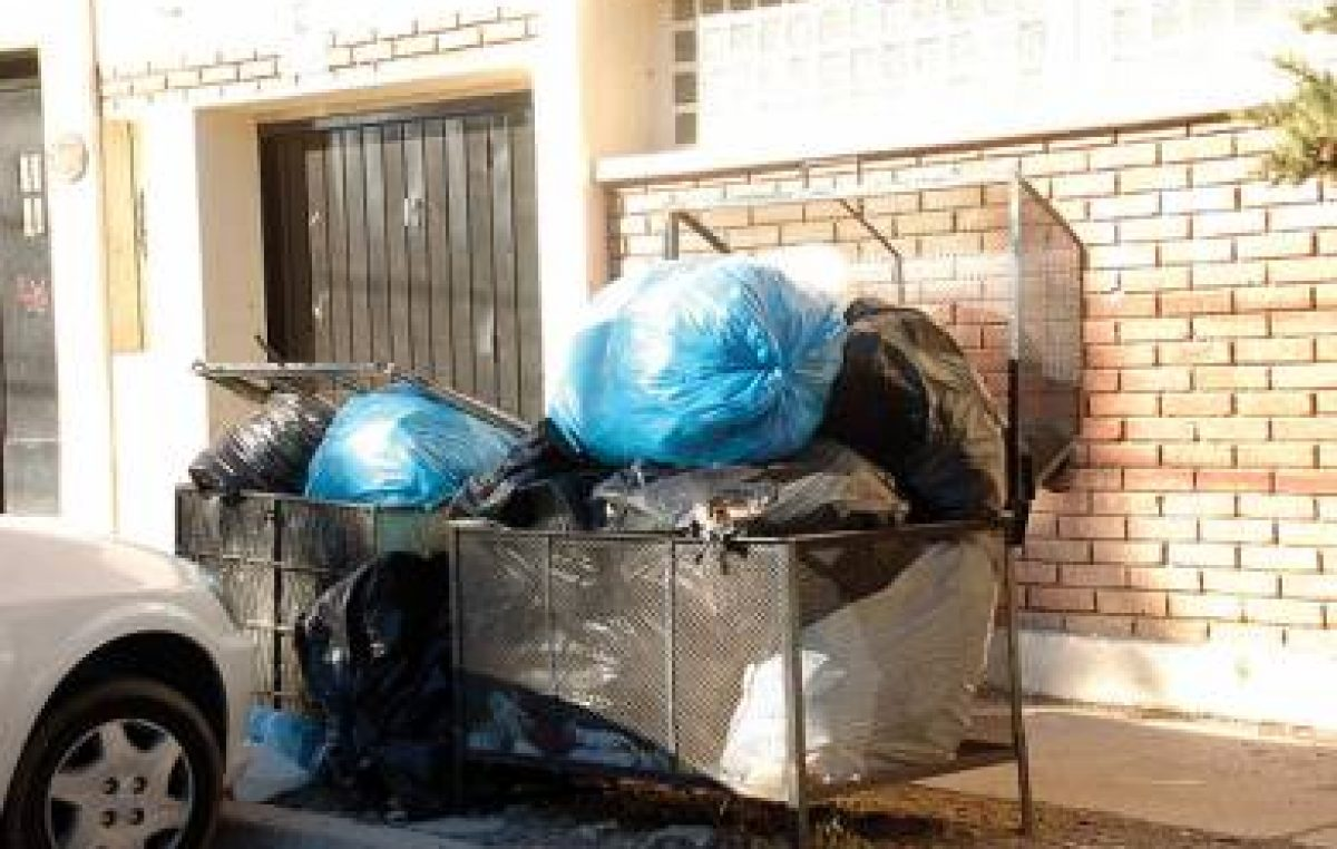 Mientras los municipales de Caleta Olivia esperan resoluciones, la basura comienza a acumularse