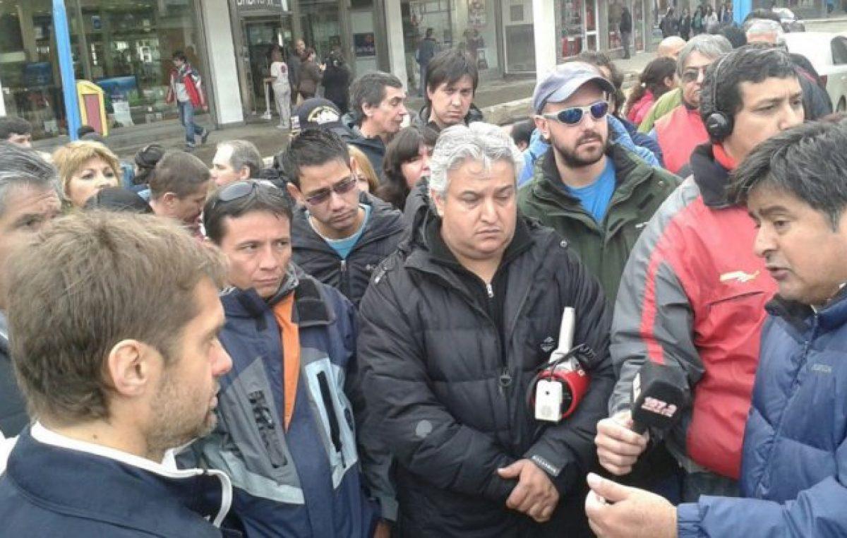 El Intendente de Ushuaia dialogó con miembros de ATE que manifestaban en Intendencia