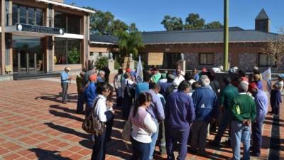 Tensión en Villa Dolores por reclamos de municipales
