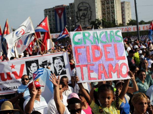 Miles de cubanos marcharon en La Habana en apoyo al gobierno de Castro y sin reivindicaciones.