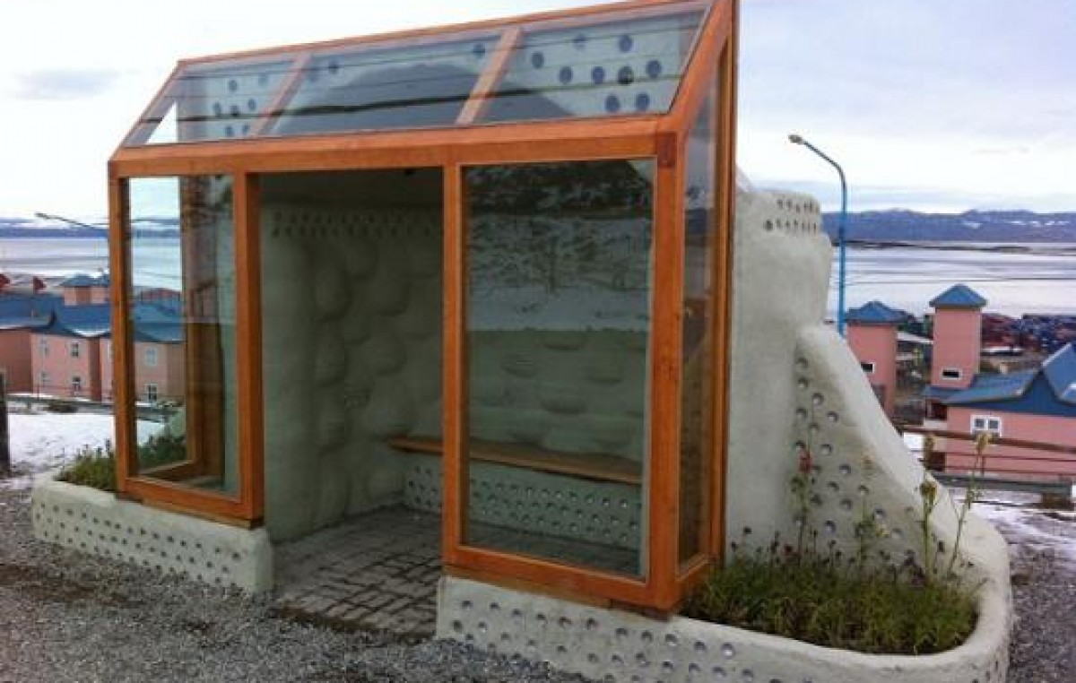 Ushuaia: Garita de colectivos se realizó reciclando botellas, latas y neumáticos