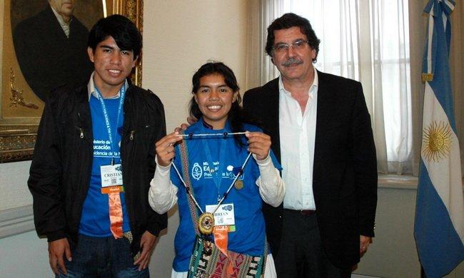 Alumnos wichi. Cristian Efraín Medina y Mirian Gómez, ayer, con Sileoni.
