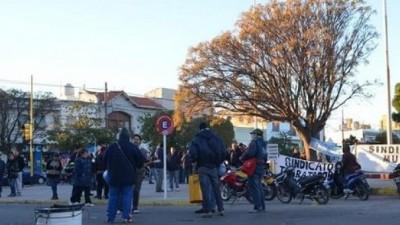 Se tensa el conflicto en el noveno día de paro de municipales en Rosales