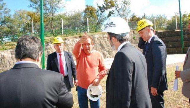 Visita. El ministro Fabián López ayer, con el intendente Jalil, en la planta reductora de Unquill