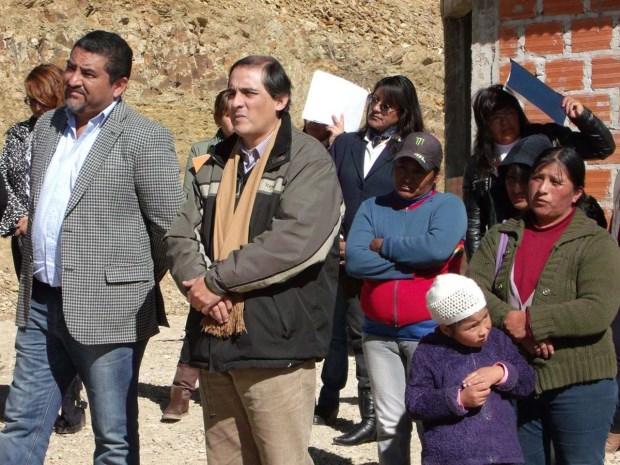 ACTO/ EL JEFE COMUNAL JUNTO A MIEMBROS DEL GABINETE Y VECINOS