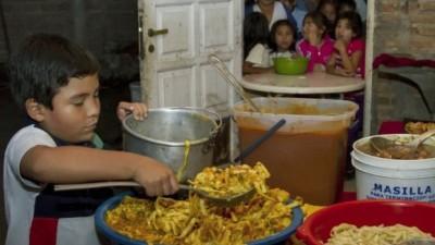 Axel, el niño que da de comer diariamente a 100 vecinos en Orán