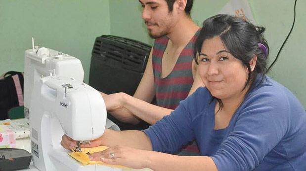 En la sede de Punto de Encuentro se brindan talleres de capacitación laboral para jóvenes