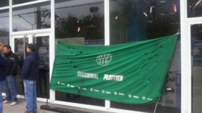 La Policía desalojó la oficina de Recaudaciones de Plottier