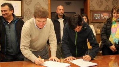 El Intendente de Río Grande firmó el contrato de obra para 50 nuevas viviendas